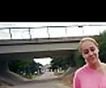 Красивая рыжая Чешская девушка едет большой член на публике 27