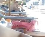 Горячее греческое милф жена играет в нее, но вилка общественности в пляжном баре
