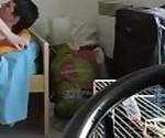 Пара французского студента, он поцелуй зла своей подруге перед собакой