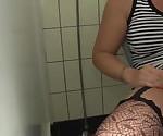 Hausmeister fickt Tattoo Schlampe auf dem Klo