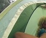 Рискованный публичный секс подростков в палатке на переполненном музыкальном фестивале