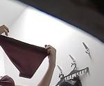 Беременная женщина меняет нижнее белье в Общественной раздевалке