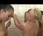 Команда в полном объеме в душ