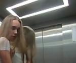 Рискованный секс в общественных лифт. Грубый секс, минет и лица.